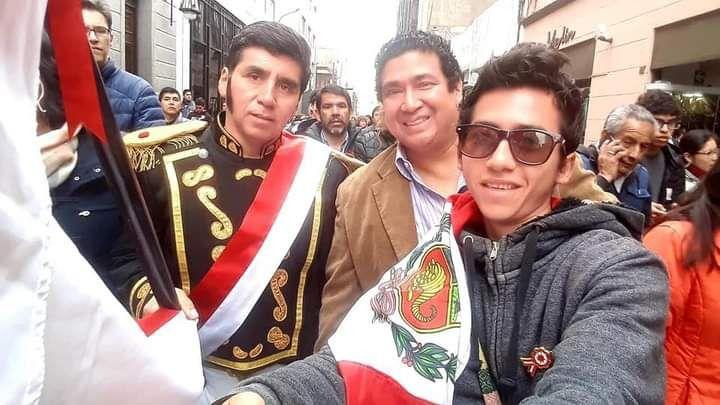 Inti (a la derecha) junto al profesor e historiador Marco Antonio Capristán (al medio) en un recorrido por el centro de Lima durante el mes patrio en el 2019. (Foto: Marco Antonio Capristán).