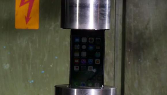 Así quedó el iPhone 7 luego de pasar por una prensa hidráulica