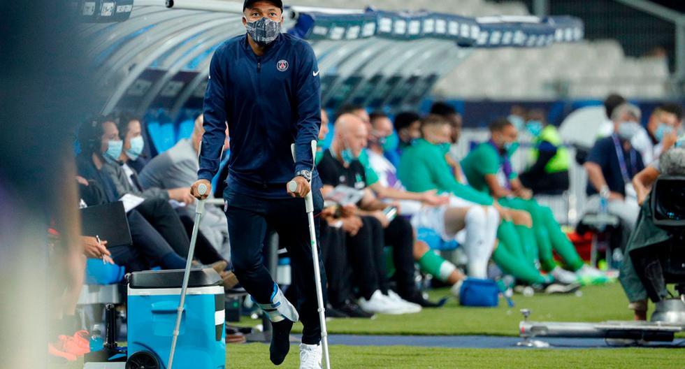 Kylian Mbappé tuvo que utilizar muletas tras sufrir una lesión en la final de la Copa de Francia. Aun se desconoce la magnitud de la lesión. Hay preocupación en el PSG debido a que en tres semanas deberán disputar el duelo por cuartos de final de la Champions League | Foto: AP/EFE/AFP