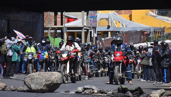 Decenas de manifestantes en motocicleta participan hoy en una movilización contra el aplazamiento de las elecciones en el país, en El Alto (Bolivia). Bolivia vivió este jueves doce días continuos de protestas sociales contra el aplazamiento de las elecciones, pese a los intentos desde el ámbito político para que el 18 de octubre sea la fecha tope e inamovible. (EFE/Stringer).