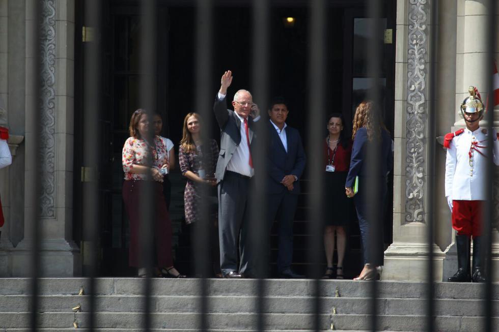 Minutos antes que se difundiera el mensaje a la Nación, PPK se retiró de Palacio de Gobierno en medio de aplausos de sus asesores y ante la mirada de cientos de personas que esperaban su pronunciamiento en la Plaza de Armas. (Hugo Pérez / El Comercio)