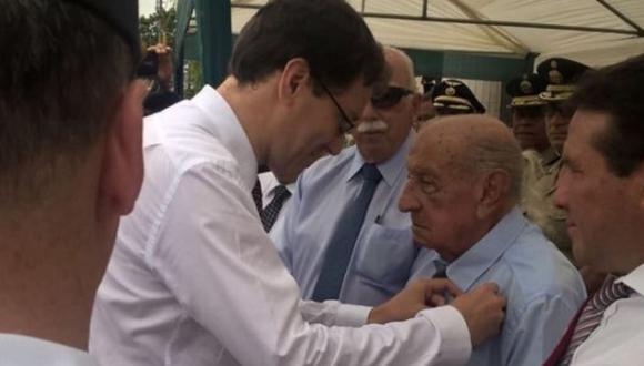 Francia condecoró a peruano que luchó en Segunda Guerra Mundial