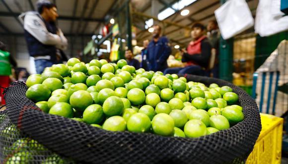 En la semana, el precio del limón llegó a los S/8 el kilo en los mercados.