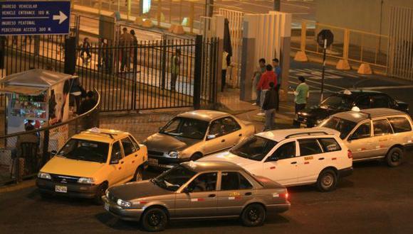 Taxis sin empadronar propician inseguridad en el aeropuerto