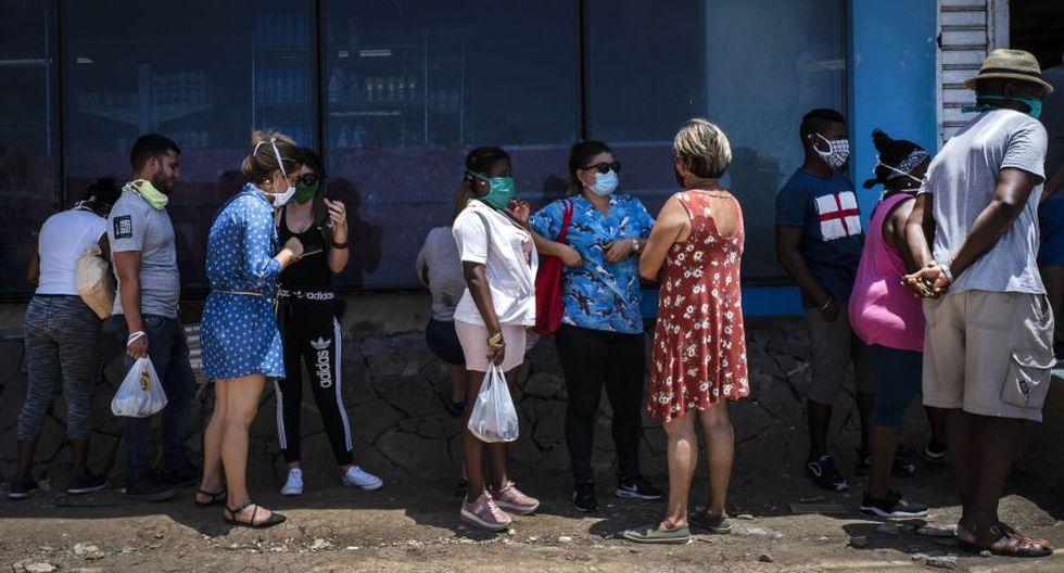 Esta foto del último 19 de mayo muestra una fila de ciudadanos mientras esperan ingresar a una tienda de alimentos administrada por el gobierno de Cuba en La Habana, en medio de la pandemia de coronavirus COVID-19. (Foto: AP / Ramón Espinosa)