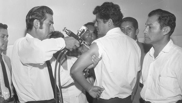 """El 9 de marzo de 1970, médicos bolivianos realizaron una demostración del """"inyector a chorro"""" en el Hospital del Rímac y en la parroquia Nuestra Señora de La Paz, en Comas. (Foto: GEC Archivo Histórico)"""