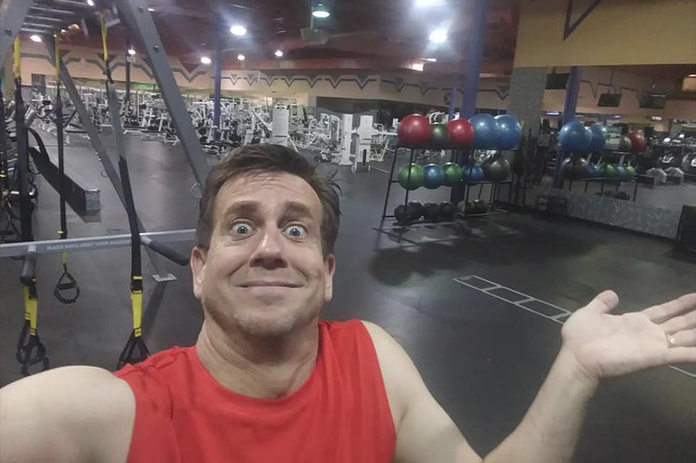 Dan Hill se quedó encerrado dentro de un gimnasio mientras hacía natación. (Facebook)