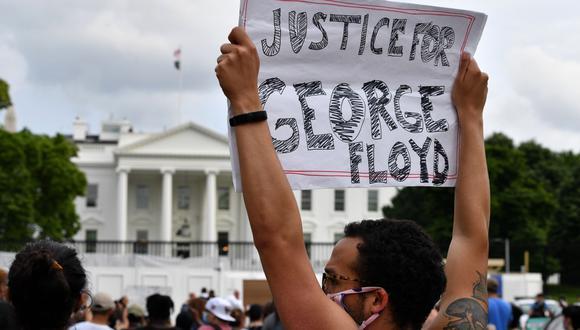 Un manifestante levanta una pancarta ante la Casa Blanca para exigir justicia para George Floyd. (Foto: Nicholas Kamm / AFP).