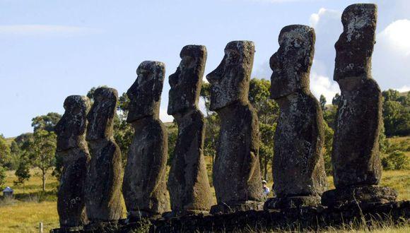 La isla es conocida por sus moais, unas figuras humanoides gigantescas labradas en piedra. (Foto: Martin BERNETTI / AFP).