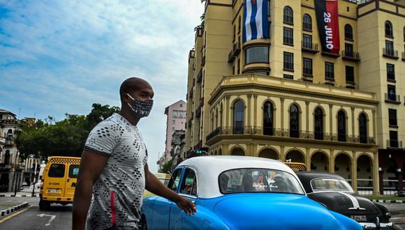 Un hombre cruza una calle de La Habana, Cuba, el 14 de julio de 2021. (Foto de YAMIL LAGE / AFP).