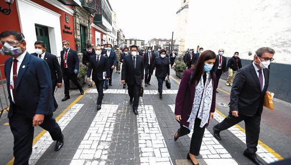 Ministros llegaron ayer caminando al Congreso. Luego de un debate de más de doce horas, el gabinete Zeballos logró 89 votos a favor, 35 en contra y 4 abstenciones. (GEC)