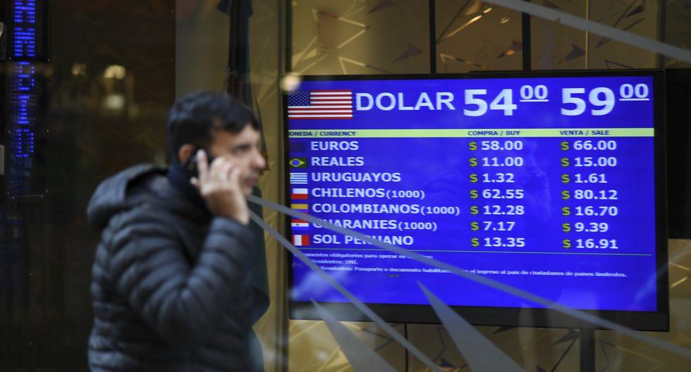 El tipo de cambio se desplomó en Argentina por las elecciones del domingo. (Foto: AFP)