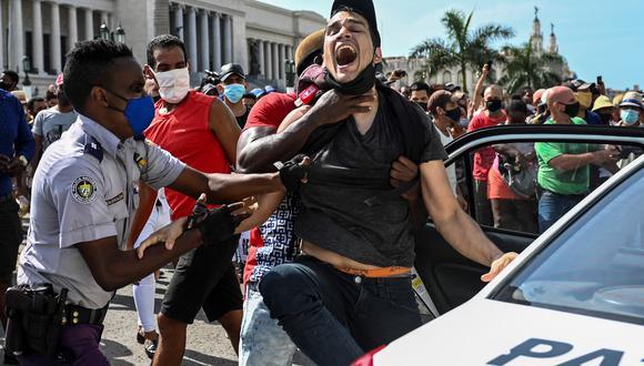 La Habana, 11 de julio del 2021. Un hombre es arrestado durante la gran protesta que se suscitó en la isla en contra del régimen socialista. AFP