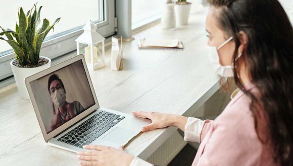 Así, dependiendo de cada fase, los reclutadores se apoyan en diversas herramientas. Por ejemplo, para las entrevistas, las plataformas más utilizadas son Skype, Zoom, las videollamadas de Facebook y WhatsApp. | Foto: Edwar Jenner/Pexels