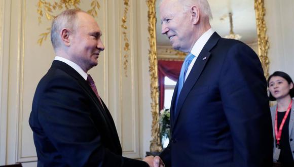 El presidente estadounidense Joe Biden (derecha) y el presidente ruso Vladimir Putin se dan la mano durante la cumbre en la Villa La Grange, en Ginebra. (EFE / EPA / MIKHAIL METZEL / SPUTNIK / KREMLIN).
