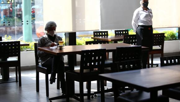 Los restaurantes son uno de los rubros más castigados por la crisis sanitaria. De acuerdo con Scotiabank, en la actualidad el gasto en restaurantes con tarjetas de créditos es 67% menor que el año pasado. (Fuente: GEC)