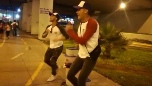 El video de dos venezolanos en Perú se ha convertido en viral gracias al curioso baile con el que venden sus productos. (Facebook)