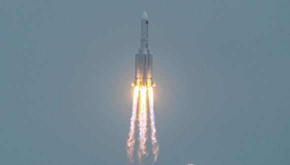 En esta foto del 29 de abril del 2021, el cohete chino Long March 5B, que transportaba el módulo central de la estación espacial Tianhe de China, despega del Centro de Lanzamiento Espacial Wenchang, en la provincia de Hainan. (Foto: AFP).