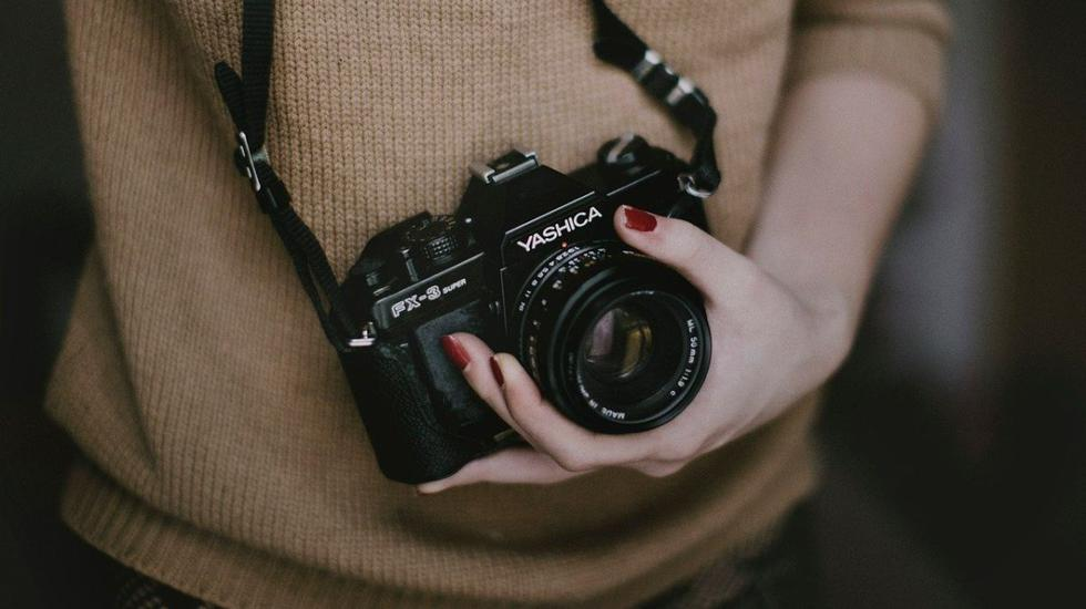 Mujer demuestra que el ángulo de la cámara es improtante para buenas fotos. (Foto: Pixabay)
