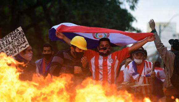 Los opositores al presidente de Paraguay, Mario Abdo Benítez, se manifiestan en las afueras del Congreso. (Foto de DANIEL DUARTE / AFP).