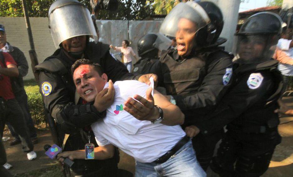 El periodista Nelson Hurtado es agredido por la policía de Nicaragua. (AP)