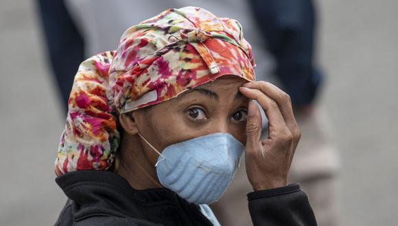 Un trabajador de la salud de un hospital temporal ubicado en el Centro Nacional de Tenis Billie Jean King de la USTA durante el brote de la enfermedad por coronavirus (COVID-19), en el distrito de Queens, en Nueva York (Foto: Johannes Eisele / AFP)