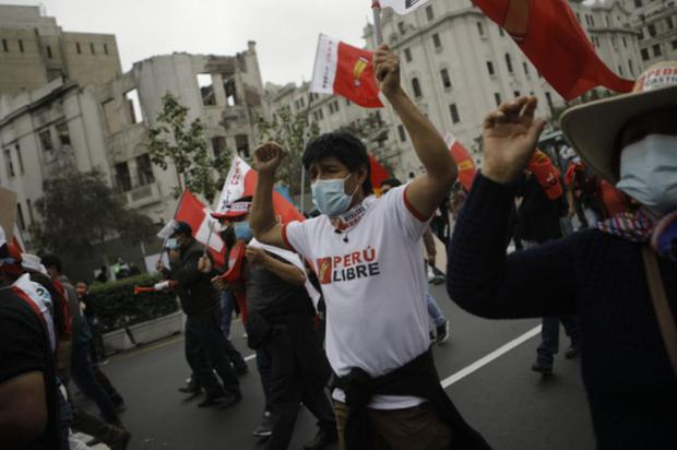 Los simpatizantes de Perú Libre se concentraron desde horas de la mañana en la Plaza San Martín | Foto: Joel Alonzo / @photo.gec