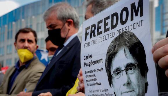Partidarios del eurodiputado catalán Carles Puigdemont protestan frente al Parlamento Europeo en Bruselas, Bélgica, el 24 de septiembre de 2021. (Foto: EFE / EPA / OLIVIER HOSLET)