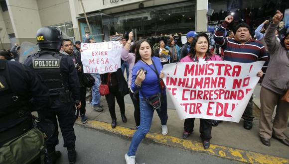Maestros exigen la renuncia de la ministra Marilú Martens, quien se presenta ante el Congreso de la República. Policías lanzaron bombas lacrimógenas en la avenida Abancay.  (Dante Piaggio / El Comercio)