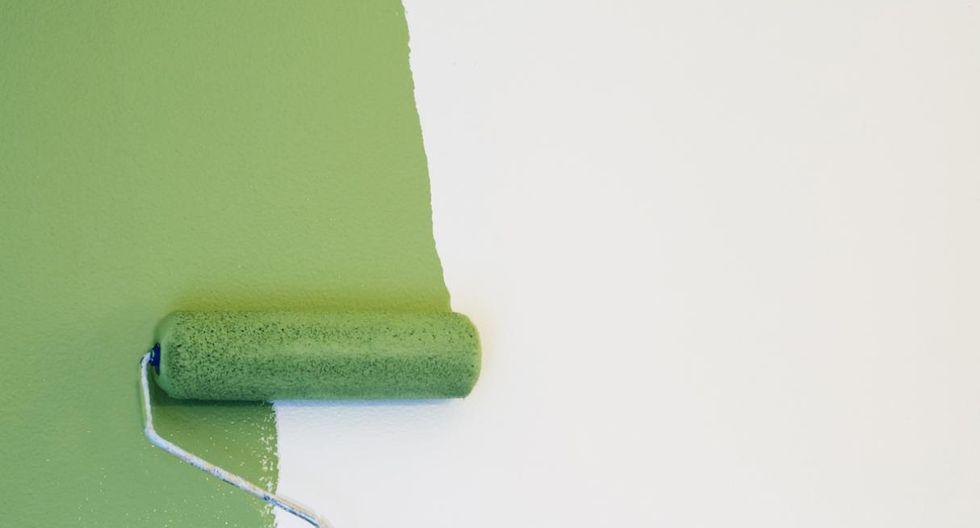 """La técnica """"w"""". Carga el rodillo con una gran cantidad de pintura y dibuja una 'W' en el muro. Esparce de arriba hacia abajo, y viceversa. (Foto: Getty Images)"""