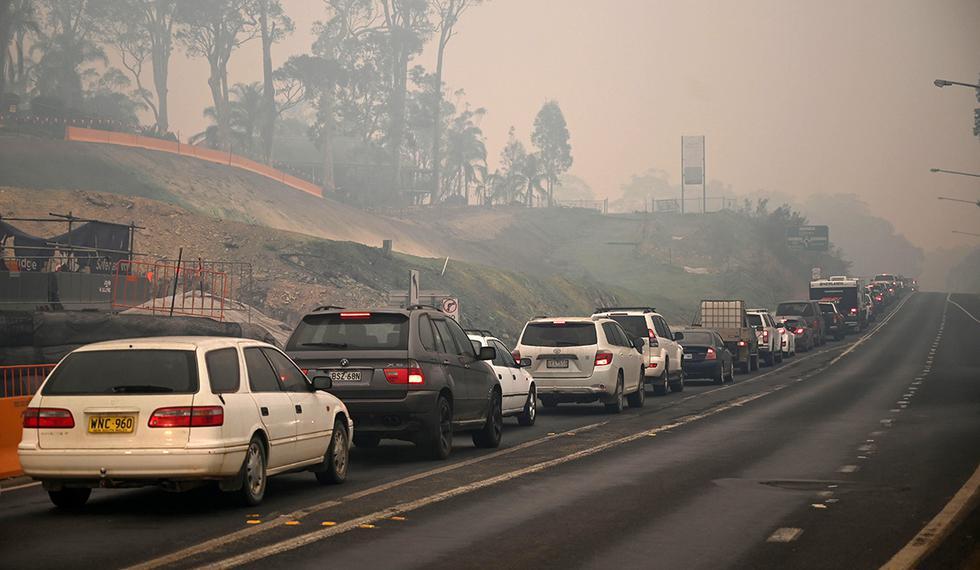 Los automóviles abandonan la ciudad de Batemans Bay en Nueva Gales por los incendios. (Foto: AFP)