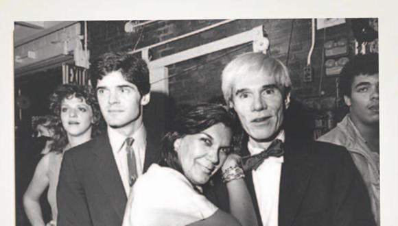 REYES DE LA FIESTA. Carmen D'Alessio junto al gurú del pop art en la década del 70, en Nueva York.