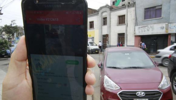 La multa por estacionarse sobre una vereda es de S/420. El reporte ciudadano fue atendido el viernes en cuestión de horas. (Foto: Miguel Bellido/GEC)