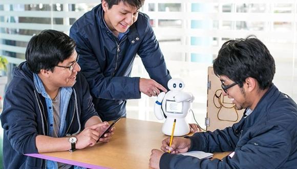 Larry Gamboa, Kevin Lazo y Josué Sánchez, inventaron el robot al que bautizaron con el nombre de 'Baymax'. (Foto: Universidad  Continental)
