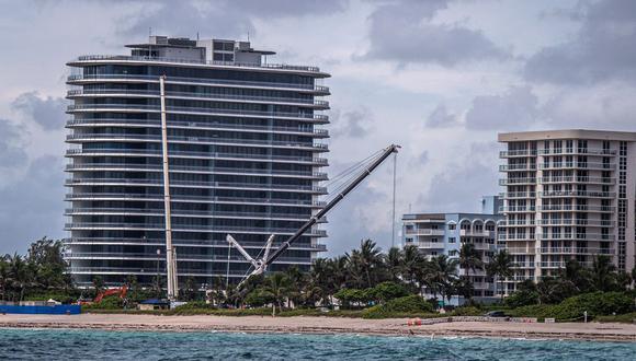 Las grúas marcan el horizonte en el lugar donde se llevó a cabo una demolición controlada del condominio Champlain Towers South en Surfside, Florida, mientras se acerca la tormenta Elsa. (Foto de Giorgio VIERA / AFP).