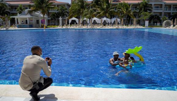 Una de las mayores dudas es si el agua de piscina o mar podrían infectar de manera directa a las personas que deseen ingresar a ellas. (Foto: EFE)