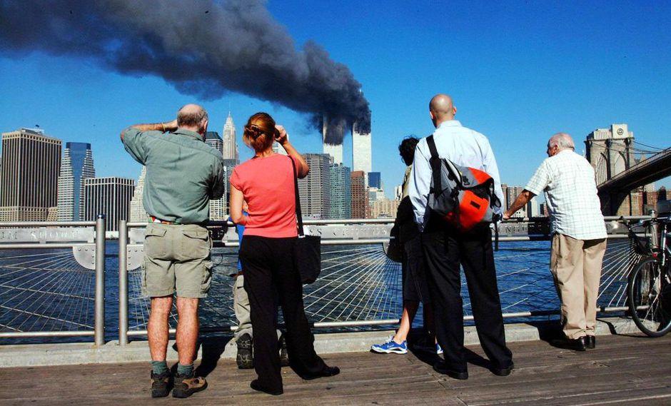 Peatones en Brooklyn ven las torres gemelas tras los ataques. (AFP)