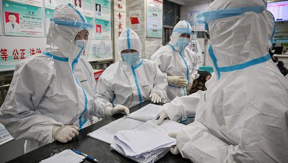 Los miembros del personal médico que usan ropa protectora para ayudar a detener la propagación del coronavirus mortal que comenzó en Wuhan, trabajan en el Hospital de la Cruz Roja de esta ciudad china. (Foto: AFP)