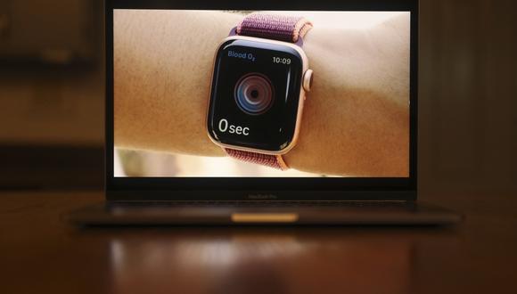 El Apple Watch Series 6 con lector de oxígeno en sangre se ve en una computadora portátil durante el lanzamiento del producto. (Daniel Acker/Bloomberg).