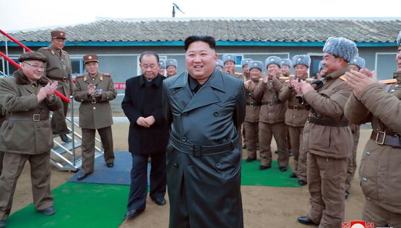 KCNA ha publicado fotos del líder norcoreano, muy sonriente, con una gabardina de cuero negro asistiendo a la prueba mientras recibía un aplauso de los soldados. (Foto: AFP)