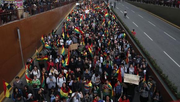 Manifestantes antigubernamentales marchan exigiendo elecciones presidenciales de segunda vuelta, en La Paz. (Foto: AP).
