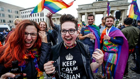 People celebrate Germany's parliament legalising the same-sex marriage in front of the Brandenburg Gate in Berlin, Germany June 30, 2017. REUTERS/Fabrizio Bensch