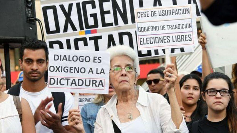 La oposición venezolana acusa al gobierno de Maduro de usar los diálogos para aplacar las protestas sin hacer concesiones reales.
