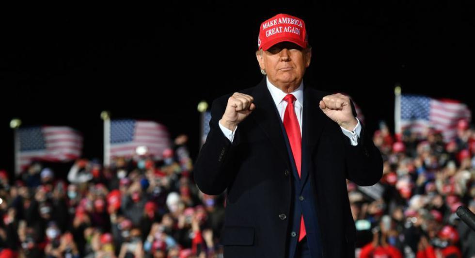 El presidente de los Estados Unidos, Donald Trump, hace un gesto durante un mitin en el Aeropuerto Regional del Sur de Wisconsin en Janesville, Wisconsin. (Foto: AFP / MANDEL NGAN).