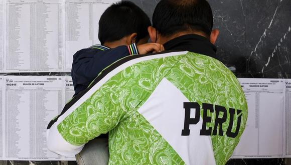 Un votante peruano residente en España revisa el padrón electoral antes de ejercer su derecho al voto en el Auditorium de Palma de Mallorca. (EFE/CATI CLADERA).
