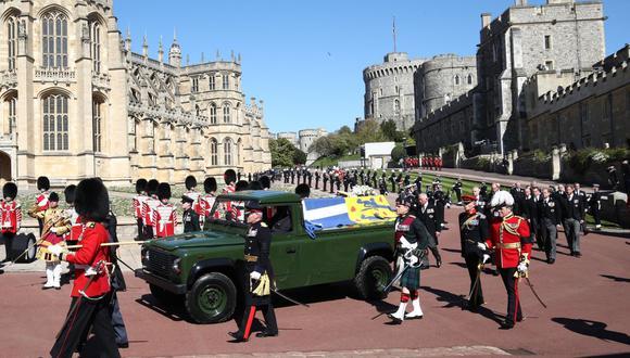 Los miembros de la familia real siguen el ataúd durante la procesión fúnebre ceremonial del príncipe Felipe. (Foto de Gareth Fuller / varias fuentes / AFP).