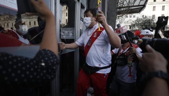 Cisneros en el momento en que busca a ponerse a buen recaudo. (Foto: César Campos / @photo.gec)