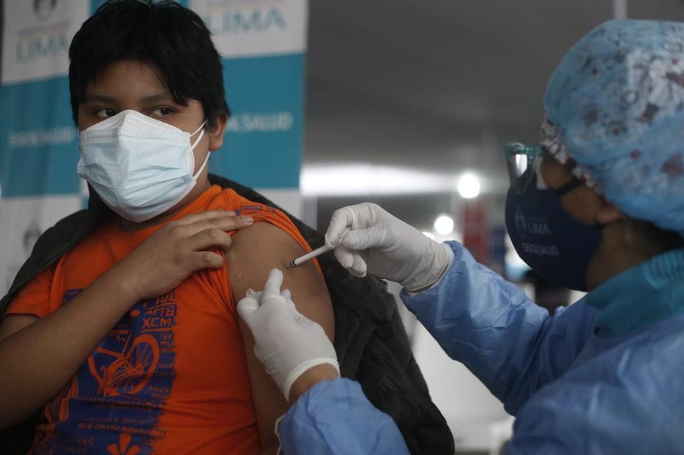 Este lunes se inició la vacunación contra el coronavirus (COVID-19) a adolescentes de 12 a 17 años con trasplante de órgano. Ellos son inoculados en el vacunatorio del parque de la Exposición, en el Cercado de Lima. (Foto: Jorge Cerdan/@photo.gec)