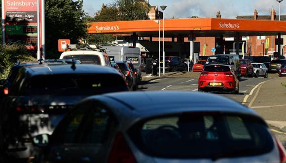 Los automovilistas hacen cola para obtener gasolina en una estación de servicio de Sainsbury's en Tonbridge, sureste de Inglaterra. (Foto: Ben STANSALL / AFP)