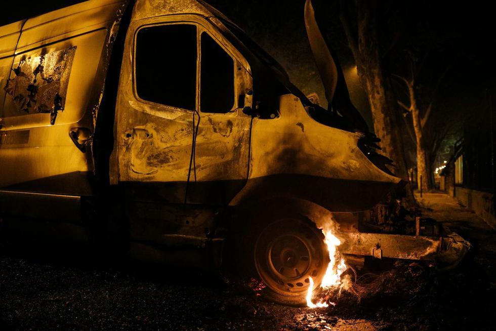 La rueda de una furgoneta arde en Villeneuve-la-Garenne, en los suburbios del norte de París. (Foto: AFP/Geoffroy Van Der Hasselt)